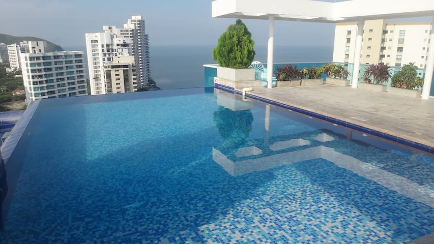 Apartment with Infinity Pool to the sea in Rodadero Sur