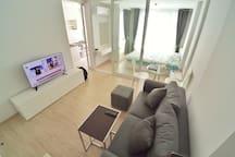 """ห้องนั่งเล่นขนาดใหญ่พร้อมสมาร์ททีวี 43 นิ้ว (Comfortable living room with smart TV 43"""")"""