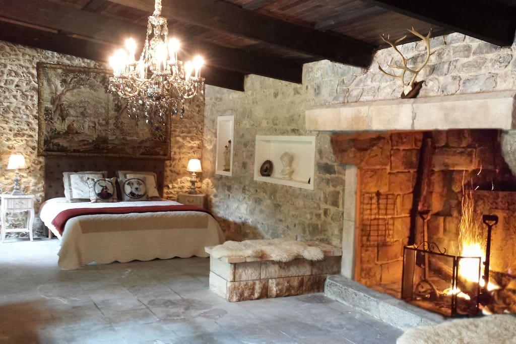 La piece principale de 40 m2 avec une cheminée d'un âtre de plus de 2 mètres, avec peau de bête