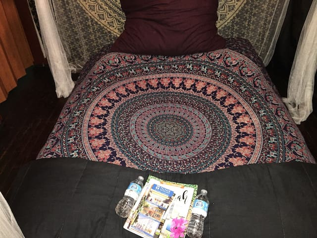Psychedelic Pillow Bed! Comfy, Cozy & Relaxing. - Savannah - House