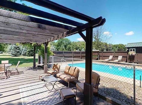 Country Tiny House, Private Pool,Patio, Bar &Games