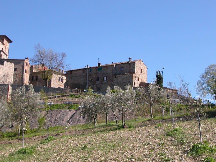 L'edificio dove si trova la casa si affaccia sulla valle del fiume Cecina in vista di Volterra