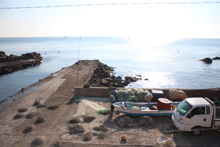 <욱이네펜션 윗채> 바닷가 바로 앞 리모델링한 시골집 / 독채형 / 게스트단독사용