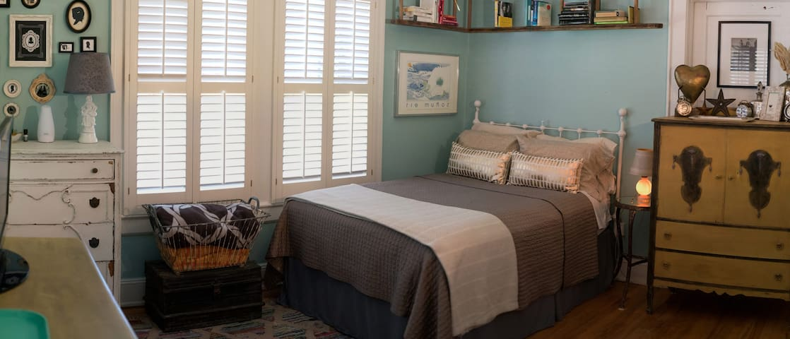 Sun filled room with shutters if you wish to sleep in