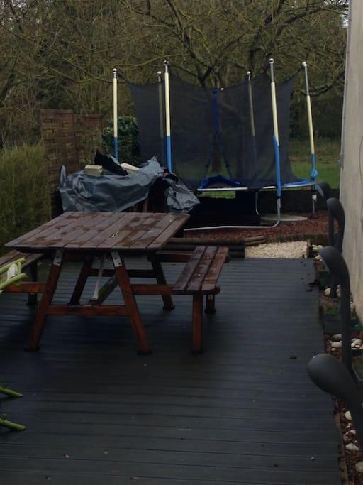 Notre terrasse et le trampoline pour les enfants....