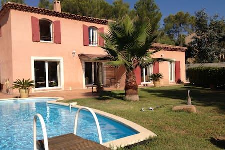 Villa avec piscine près de Hyères - La Crau - Dům