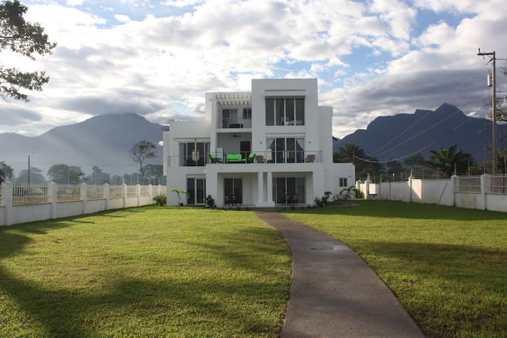 Beautiful house on the Beach! - La Ceiba - Bed & Breakfast