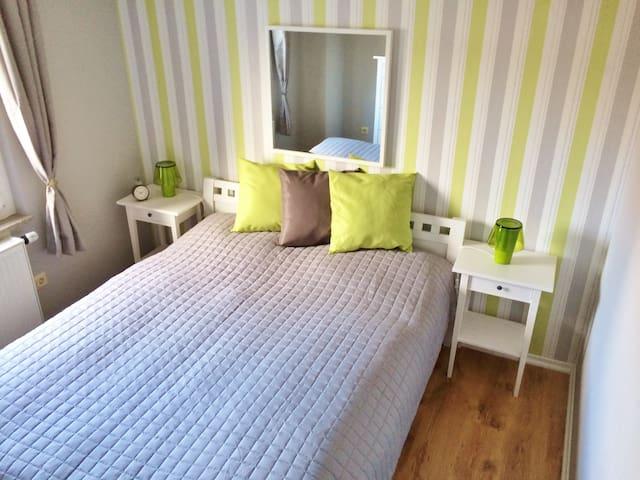 Schlafzimmer 2 mit Doppelbett 160 x 200 cm