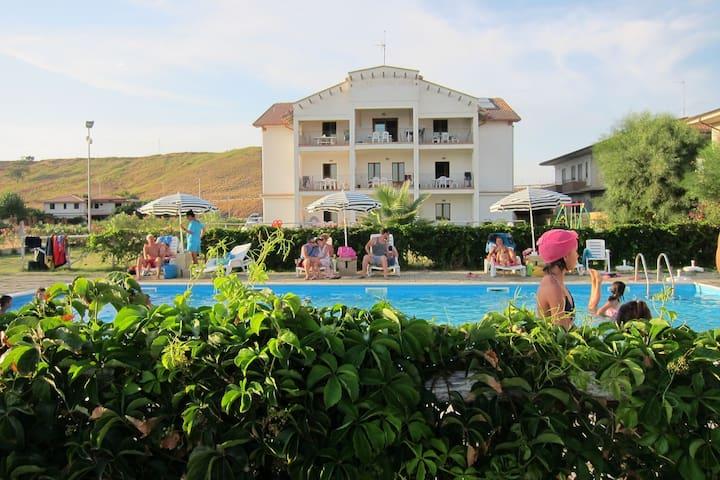 Residenz mit Pool und Blick auf Praialonga Strand und das Ionische Meer.