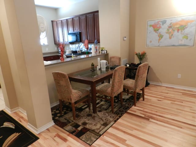 Private Comfort in Uptown Close to Everything - Dallas - Complexo de Casas