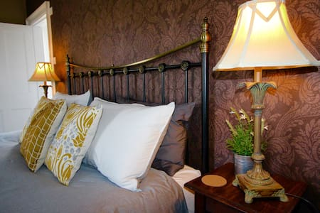 Castle Hill House B&B - Room with Stunning Views - Kington - Bed & Breakfast