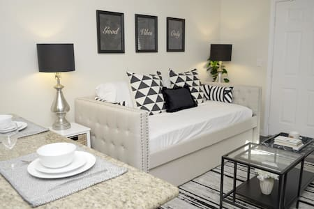 Lux LBC-Downtown! Cozy! Walk to major attractions!