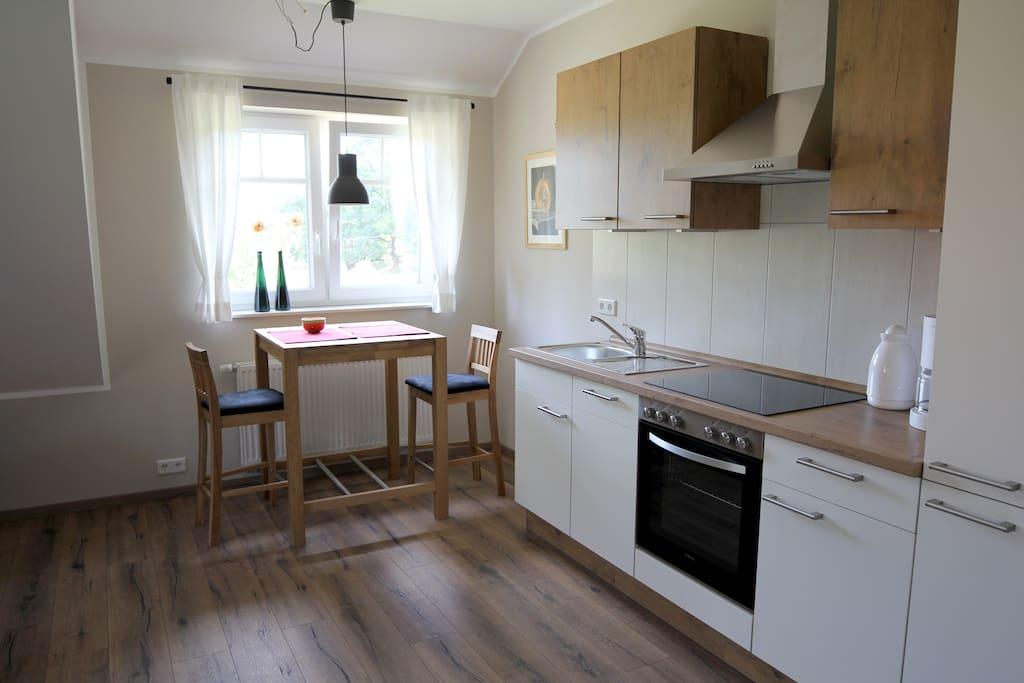 Küchenzeile mit Essplatz, ausgestattet mit allem was man für den alltäglichen Gebrauch benötigt