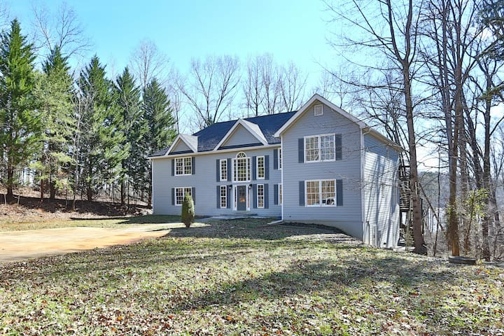 Spacious Lake Lanier Family Home with Dock Use