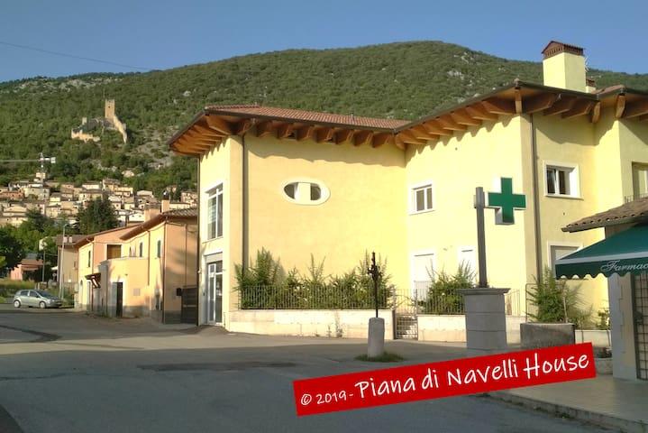 Piana di Navelli House, Vista al Castello di San Pio delle Camere (AQ)