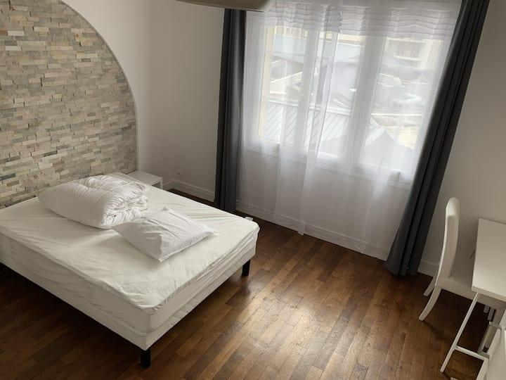 grande chambre dans un appartement rénové