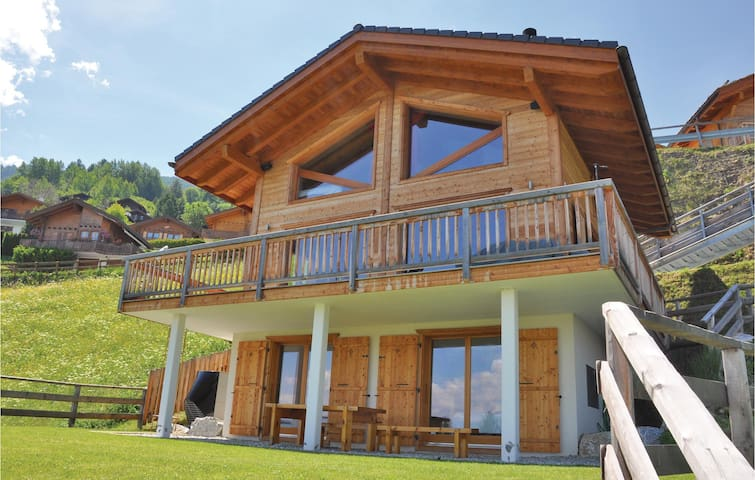 Holiday cottage with 4 bedrooms on 180m² in Haute-Nendaz