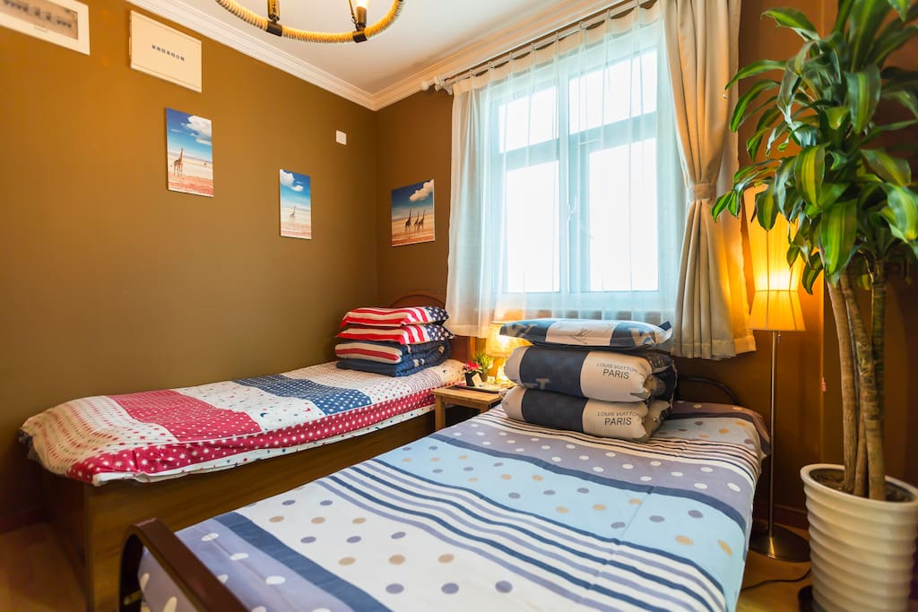 Had changed 2 singled bed into a double bed based on pervious client's accommodation experiences. 基于前续客户入住体验反馈,已将2张单人床换成一张双人床,介意者慎拍。