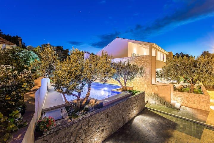 Family friendly villa, close to Trogir and Split