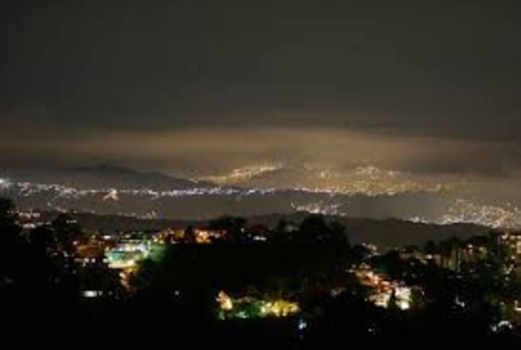 Una vista panorámica nocturna del Hatillo