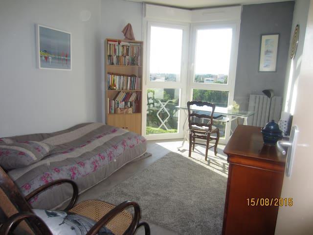 chambre claire avec vue panoramique