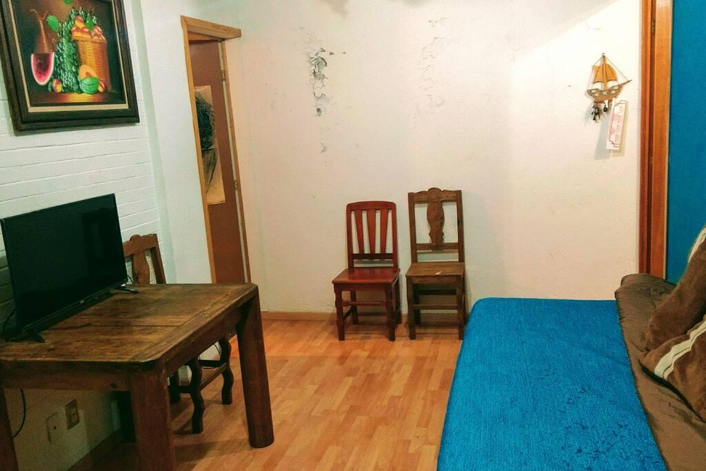 La sala comedor es un área común, y cuenta con una cama individual.