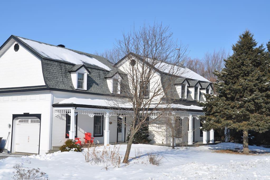 Charmante maison la campagne maisons louer saint c saire qu bec canada for Canada maison a louer