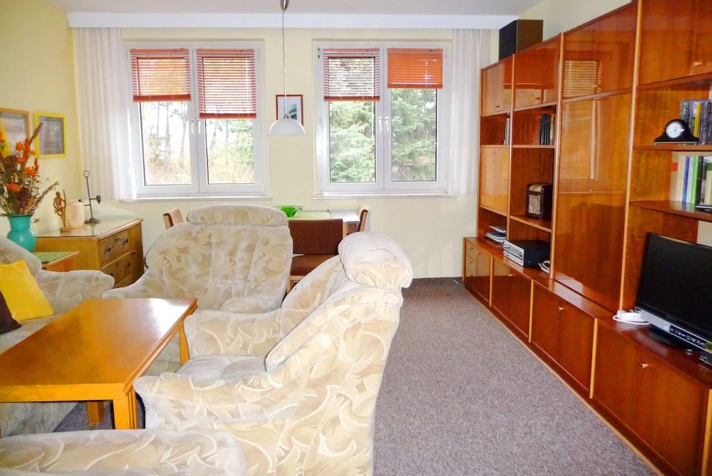 Flachbild-TV und Urlaubsbibliothek