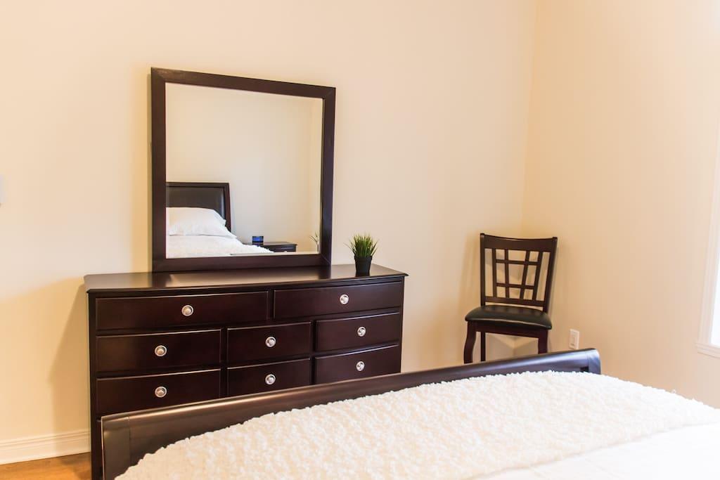 Grande chambre avec mobilier complet