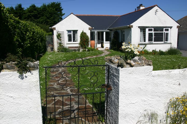 Cedwen - delightful holiday home on SW Coast Path - Trevone - Casa