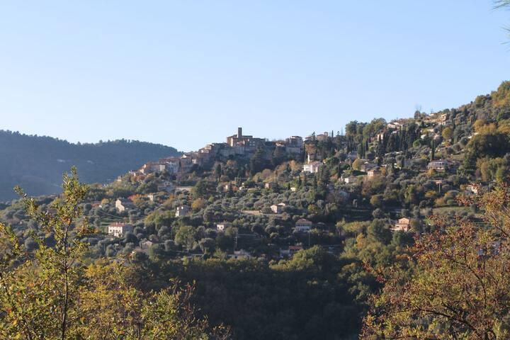 Aussicht Richtung Süden auf das mittelalterliche Dorf Le-Bar-sur-Loup