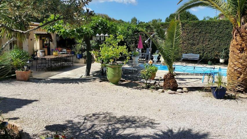 Très beau studio de 35m2 climatisé cuisineéquipée jardin clos  lave linge télévision - Pierrefeu-du-Var - Apartment