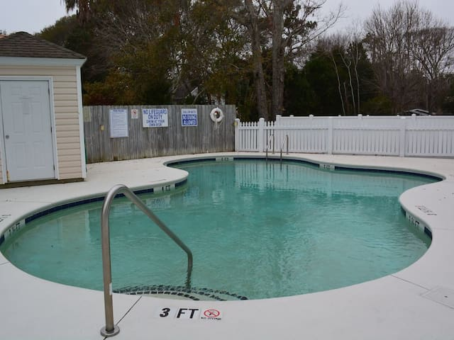 Steps to beach, pool, 5 BR plenty of parking - Surfside Beach - House
