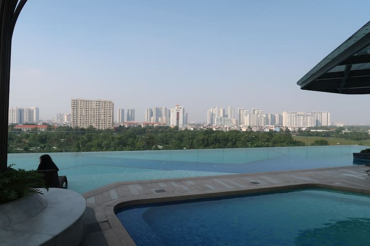 Panoramic Views with Pool and Gym access included!