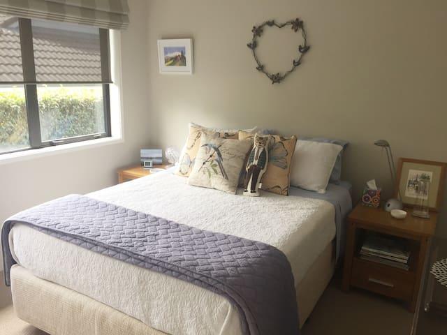 Bedroom in sunny home - Silverdale - Talo