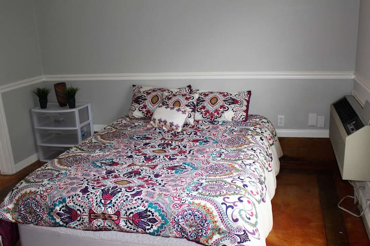Perfect Crash Pad for Visiting Austin! Garage Apt w/Private Entrance - Close to All Things Austin
