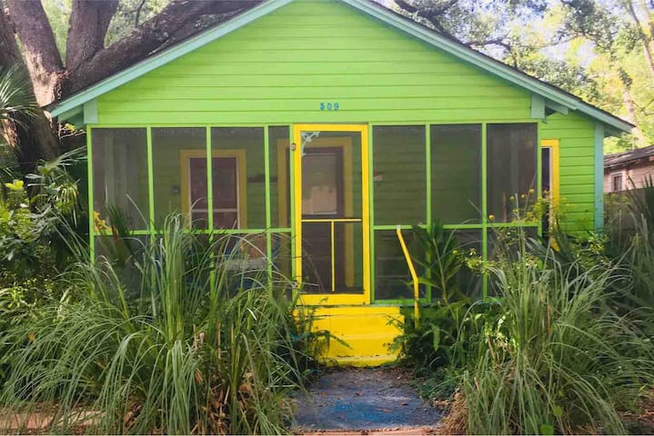 A PSJ cottage under the oaks~  Sleeps 4 adults