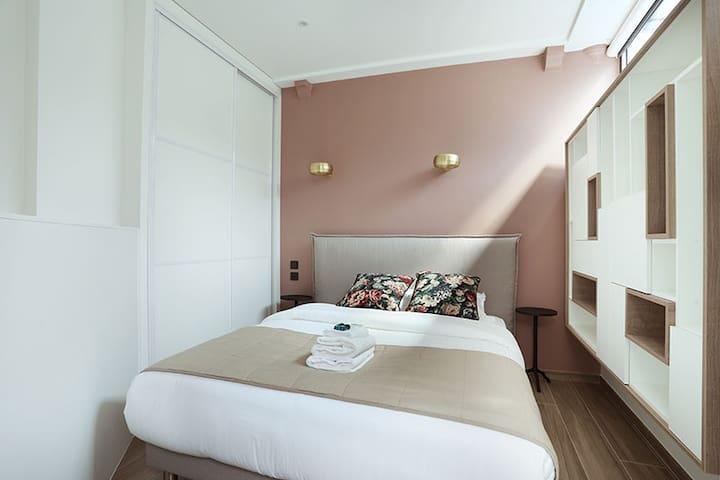 chambre 1 avec meuble de rangement