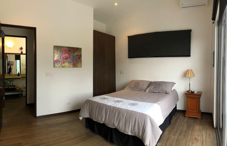 Habitación con cama doble, closet y caja fuerte // sleeping room with double bed, closet and safe // Schlafzimmer mit Doppelbett, Kleiderschrank und Safe