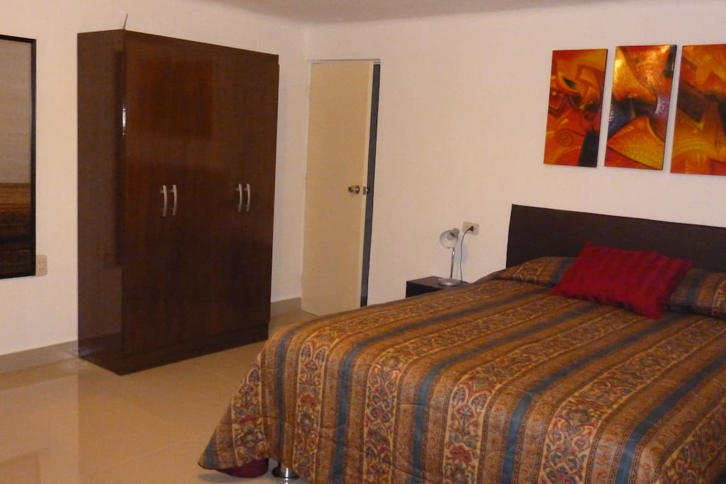 Dormitorio, ropero moderno, espejo de cuerpo entero.