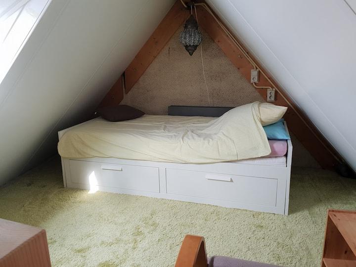 Knusse 1 á 2 persoonsslaapkamer in Gouda