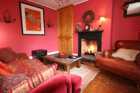 COSY ROMANTIC BAKERS COTTAGE
