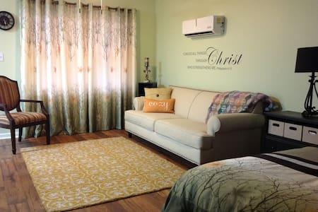 Upscale Suite - Athens Area - Rumah
