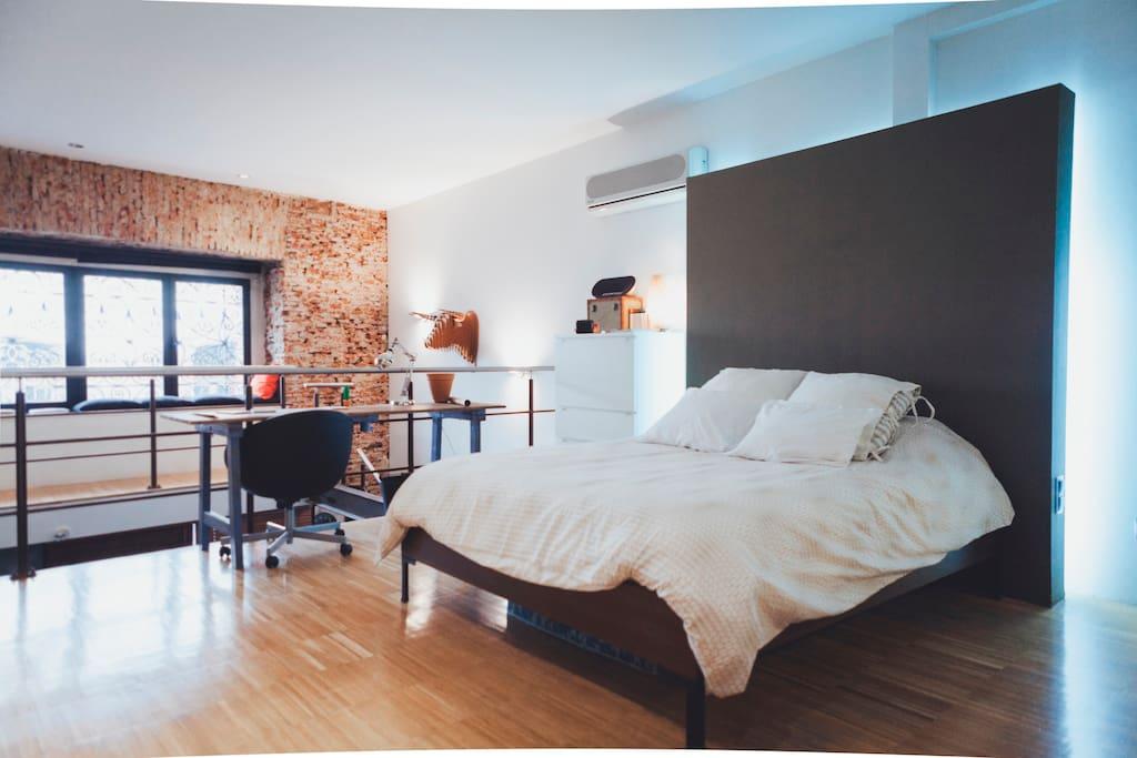 Habitación planta superior con cama de matrimonio.