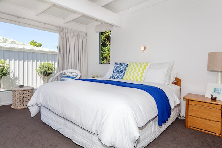 Big bedroom a stones throw from sea - Whitianga - Bed & Breakfast