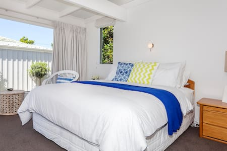Big bedroom a stones throw from sea - Whitianga