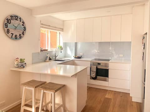Fresh and Sunny unit - steps to the beach & shops