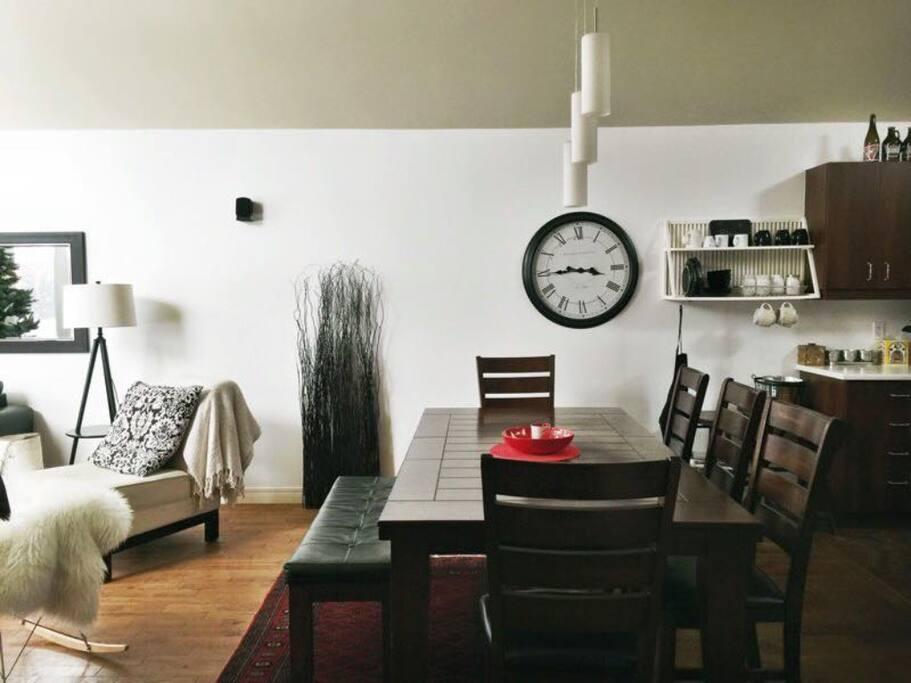 Cuisine et salle à manger fonctionnel pour 12 pers confortable . Tout cathedral