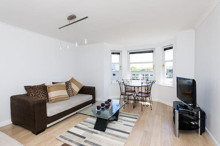 Bright and spacious 2-bed apartment with parking