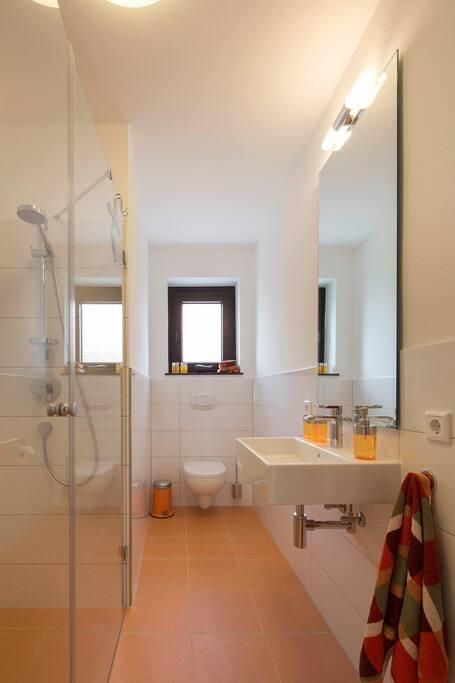 Helles, freundliches Bad mit Fenster und bodengleicher Dusche